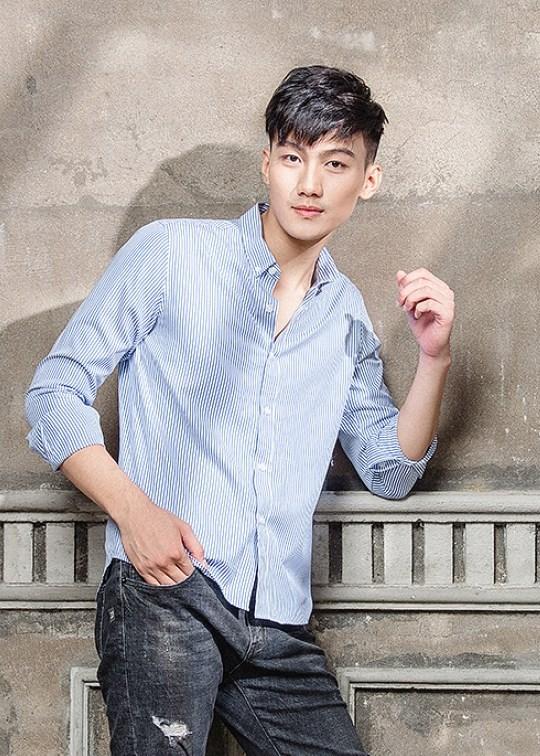Mẫu áo sơ mi xanh lơ tại xưởng bán buôn quần áo CAVINO