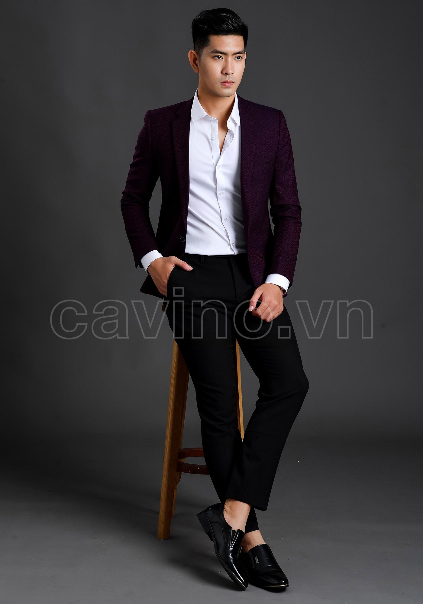 Áo sơ mi trắng mặc cùng vest đen đầy mạnh mẽ