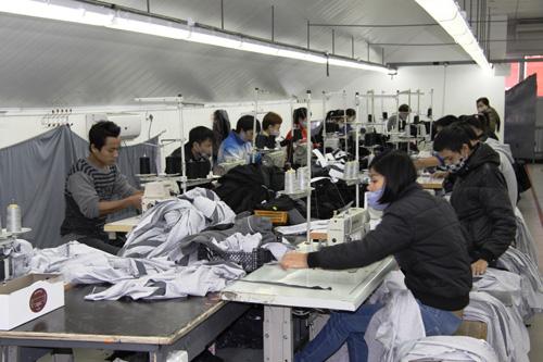 Xưởng may thời trang CAVINO nhận may theo yêu cầu của quý khách với số lượng ít .