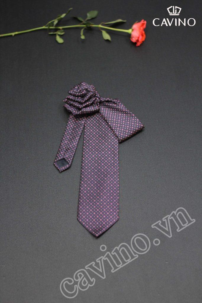 cà vạt màu hường họa tiết chấm bi chéo