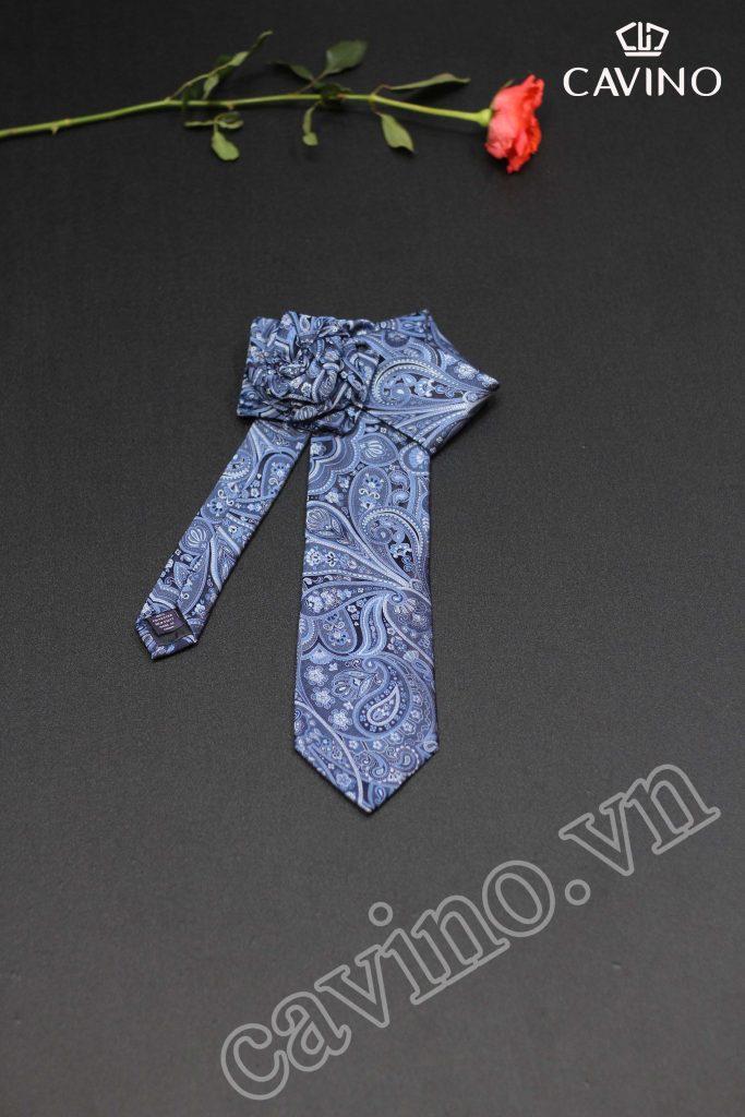 cà vạt nền xanh họa tiết to bản